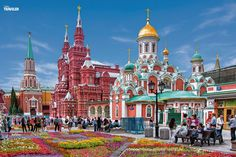 """Vor lauter Knallfarben weiß man am Roten Platz nicht, wo man hingucken soll. Neben klassischen Attraktionen wie Kreml und Basilius-Kathedrale gibt es in Moskau auch andere Highlights wie die Metro und ihre sehenswerten Stationen. Oder das Kultur- und Hipster-Werkgelände """"Roter Oktober"""" auf der Flussinsel Strelka mit seinen vielen Restaurants und Galerien."""