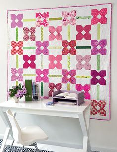 Beautiful scrappy quilt with petunias. I like this modern quilt, simple to make. Pieced Brain: Scrappy & Happy Quilts