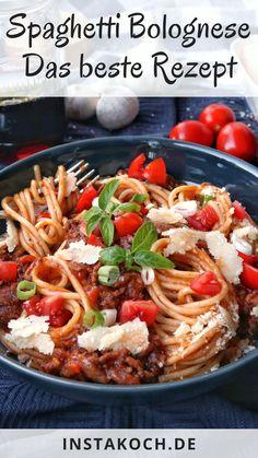 Spaghetti Bolognese ist die beliebteste Pasta-Kombination. Nudeln gehen immer, Tomatensoße und Hackfleisch auch. Kinder lieben Bolognese und man kann bei diesem einfachen und stressfreien Rezept nichts falsch machen. Allen Rezepten gemeinsam ist ein Ragout aus Tomatensoße, Hackfleisch und Gewürzen das mit einem Soffritto aus Zwiebeln, Sellerie und Karotten anfängt. #spaghetti #bolognese #bolo #pasta #familienessen #kinderessen #hackfleisch #einfacherezepte Spaghetti Bolognese, Chicken Bacon Pasta, Spaghetti Recipes, Couscous, Food And Drink, Healthy Recipes, Healthy Food, Low Carb, Beef