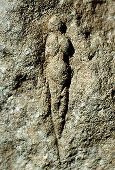 This venus is known as the 'Venus of Abri Pataud'. Abri Pataud is a well researched archaeological site within the village of Les Eyzies.   Photo: Delluc (2006)