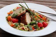 Baconsurret kylling med lun risonisalat