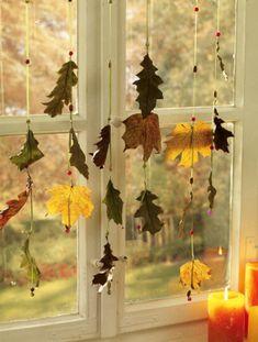 Blätter-Fensterschmuck - Perlen alle 10 cm auf Satinband fädeln + getrockn.Blätter mit Draht zwi Perlen binden