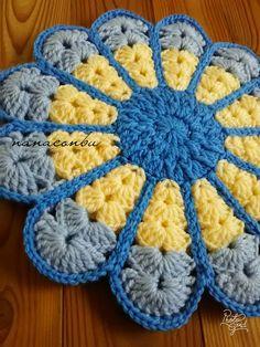 ハンドメイドマーケット+minne(ミンネ)|+レトロなざぶとんお花型★ブルー系 Quick Crochet, Crochet Potholders, Crochet Projects, Pot Holders, Coasters, Winter Hats, Crochet Patterns, Blanket, Knitting