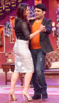 Ajay Devgn and Kareena Kapoor Khan recently visited the sets of the hit comedy show hosted by Kapil Sharma to promote their upcoming film Singham Returns Bollywood Actress Hot Photos, Indian Bollywood Actress, Actress Pics, Beautiful Bollywood Actress, Most Beautiful Indian Actress, Indian Actresses, Kareena Kapoor Khan, Kareena Kapoor Bikini, Mode Bollywood