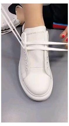 Comment nouer ses lacets facilement ? #yeezy #shoelace #style #yeezyshoelacestyle Diy Clothes Life Hacks, Diy Clothes And Shoes, Clothing Hacks, Ways To Lace Shoes, How To Tie Shoes, Diy Fashion Hacks, Fashion Tips, Tie Shoelaces, Fashion Shoes