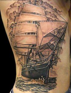 Grand tatouage voilier pour homme avec de joli effets d'ombrages https://tattoo.egrafla.fr/2016/02/25/modeles-tatouage-bateau/