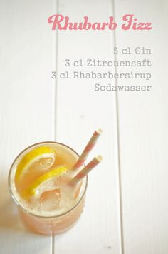 Cocktail-Rezept: Rhubarb Fizz – eine Abwandllung des Gin Fizz mit Rabarbersirup Cocktail recipe: Rhubarb Fizz – a variation of gin fizz with rabbit syrup Sour Cocktail, Cocktail Making, Cocktail Drinks, Cocktail Recipes, Fancy Drinks, Yummy Drinks, Ginger Ale Gin, Gin Recipes, Classic Cocktails