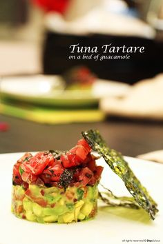 Tuna tartare on a bed of guacamole. Looks fancy but super easy to make Tuna Tartare Recipe, Eating Raw, Healthy Eating, Seafood Recipes, Appetizer Recipes, Guacamole, Wine With Ham, Healthy Starters, Sushi Grade Tuna