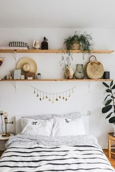 A look inside the girly interior of Nina - # Inside look .- Binnenkijken in het girly interieur van Nina – Looking inside the girly interior of Nina – # Look inside - Shelf Above Bed, Bed Shelves, Shelves In Bedroom, Shelving Over Bed, Picture Shelves, Room Ideas Bedroom, Home Bedroom, Bedroom Decor, Bedrooms