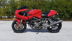 Ducati ST2 Sport Classic, build with: Paul Smart fairing, windshield, and tail Monster headlight and headlight brackets Custom made front subframe and rear loop Original Ducati color  New front disc brakes  Rizoma clutch cover Clipons Hyper Pro steering dumper from SS Rizoma oil breather Front suspension rebuild Vintage rear stop, turn signals and mirrors. Touring Motorcycles, Ducati Motorcycles, Retro Motorcycle, Classic Motorcycle, Ducati Desmo, Ducati Cafe Racer, Brat Cafe, Blue Boat, Ducati St2