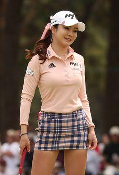 女子ゴルフのワールドレディース・サロンパス杯、18番でパーパットを外し、悔しそうな表情のアン・シネ=2017年5月7日…