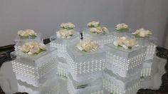 Caixa de acrílico transparente 5cm x 5cm com fita branca bordada de algodão e 3 colunas de mini pérolas.Na tampa vão coladas mini rosas de papel na cor pérola.  Caixinha super delicada,ideal para lembrancinhas de batizado,nascimento, aniversário,casamento etc.  Dentro você pode colocar balas,doci...
