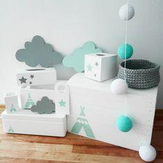 Lato w pełni, a u nas praca wre :-) dzisiejsze zamówienia w cudownych odcieniach bieli, szarości i mięty :-) #pokojniemowlecy #babyroom #pokojdzieciecy #pokojdziecka #kidsroom #pokojchlopca #boysroom #pokojdziewczynki #girlsroom #girlandy #sznurekbawełniany #koszyki #chmurki #clouds #dekoracjawiszaca #dekoracjewnętrz #hangingdecoration #skrzyniedrewniane #skrzynianazabawki #boxfortoys #stylskandynawski #scandinaviandesign #scandynavianstyle #homesweethome