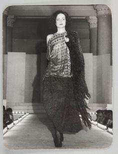 """Pokaz kolekcji """"Mody Polskiej"""". Modelka Małgorzata Niemen, lata 80., fot. z kolekcji MNK #PRL #Moda Polska #Polish Fashion #Jerzy Antkowiak #Małgorzata Niemen"""