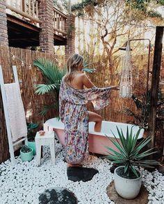 bohemian life boho home design decor nontraditional living elements of bohemia Outdoor Bathtub, Outdoor Bathrooms, Outdoor Showers, Bohemian Bathroom, Bohemian Decor, Modern Bohemian, Gypsy Decor, Bohemian Patio, Hippie Bohemian