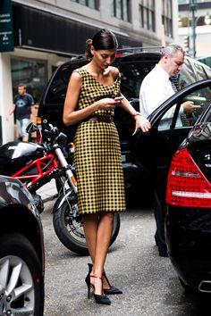 Stylish editor giovanna battaglia Fashion week checker plaid dress Say Cheese! Vogue Japan, Office Looks, Looks Style, Style Me, Jw Mode, Italian Women, Giovanna Battaglia, Inspiration Mode, Street Style