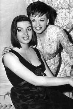 Judy Garland & daughter Liza Minnelli-what a wonderful actress, Judy Garland❤The first movie I ever loved-The Wizard of Oz😘! Hollywood Stars, Hollywood Icons, Old Hollywood Glamour, Classic Hollywood, Judy Garland Daughter, Judy Garland Liza Minnelli, Divas, Cinema Tv, Actrices Hollywood