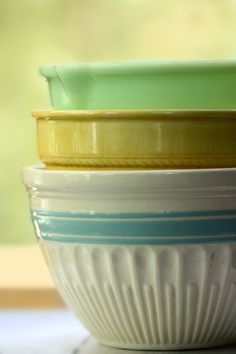 If these are mixing bowls then they are perfect. Hard to find these quality bowls . They make your bake goods taste awesome, IMO ! Vintage Bowls, Vintage Kitchenware, Vintage Dishes, Vintage China, Pyrex Bowls, Plates And Bowls, Super Bol, Mixing Bowls, Kitchen Collection