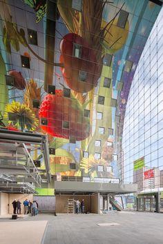 Mural 'El cuerno de la abundancia'. Interior del mercado. Markthal Rotterdam por MVRDV. Imagen © Ossip van Duivenbode. Cortesía de Markthal Rotterdam. Señala encima de la imagen para verla más grande.