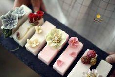 Pin by Nuttwarinthorn Chot. on Something Sweet cake Korean Buttercream Flower, Buttercream Flower Cake, Gorgeous Cakes, Amazing Cakes, Korea Cake, Mini Tortillas, Rustic Cake, Floral Cake, Rice Cakes