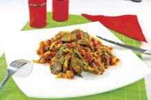 Preparatul face parte din categoria mâncărurilor pe care le gătea bunica, cu acel gust bogat de legume şi verdeţuri proaspete. Merge bine cu  murături, mămăligă sau piure.