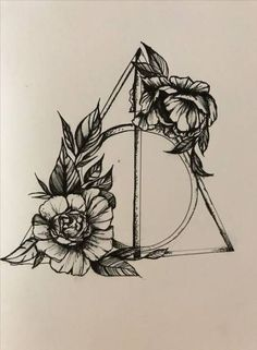 Harry Potter Deathly Hallows with florals tatoo Harry Potter Heiligtümer des Todes mit Blumenmotiven Tattoo Tod, Hp Tattoo, Compass Tattoo, Tattoo Quotes, Tattoo Thigh, Harry Potter Deathly Hallows, Harry Potter Art, Deathly Hallows Tattoo, Harry Potter Dress