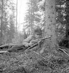 Finnish soldier in position with his Suomi sub-machine gun.Winter War. 1940.