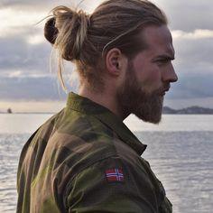 homme cheveux long tendance man bun coiffure tendance barbe homme