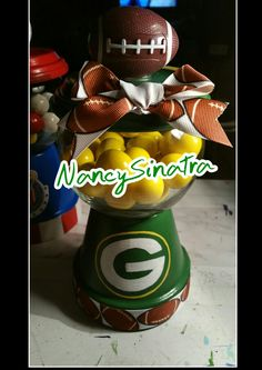 Greenbay Packers gumball jar made by NancySinatra 2015 Candy Bowl, Candy Jars, Flower Pot Art, Flower Pots, Diy Christmas Gifts, Christmas 2017, Christmas Ornaments, Candy Stand, Football Crafts