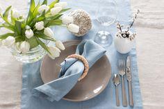 http://anettewillemine.com/  - Table setting, tablescape in light blue, beige, white and green. Borddekking 17. mai, vår, lys blå, lin, hvitt og grønt.