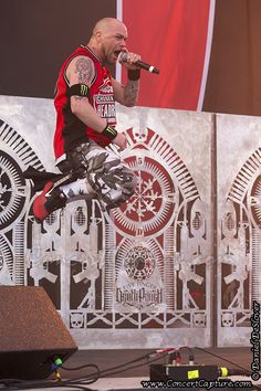 He got some air on that one! :) Ivan Moody - Five Finger Death Punch - 2014 Rock on the Range Ivan Moody, Music Photographer, Rocker Chick, Five Fingers, Concert Photography, Green Day, My Chemical Romance, My Favorite Music, Art Music
