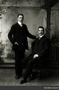 Licence  Public Domain marked Description  Ateljéporträtt av två unga män i  kostym. Kabinettkort cc0ba4f51e478