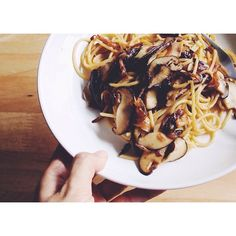 #15minpasta of the day, spaghetti with caramelized onions and mushrooms.  焦がし玉ねぎと椎茸のパスタ。めちゃおすすめ。ソースはアーリオオーリオ、味付けは塩胡椒のみ。  #パスタ #スパゲッティ #food #pasta #spaghetti #onions #mushrooms #thaistagram #onthetable #vscocam #vscofood #afterlight #instafood #cooking #homecooking #bangkok #thailand #バンコク