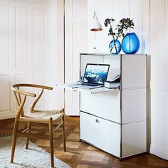 A white iconic wardrobe. USM haller commode in white for your living room. #interiordesign #interior #homedecor #furniture #interiors #homedesign #instadecor #instadesign #interiordecor #interiores #interiorstyling #interiordesigner #furnituredesign #interiorinspiration #homeinterior #interiorstyle #shelfie #storage #cabinet #cabinets #sideboard #livingroom #livingroomdecor #livingroomdesign #homeoffice #USMhaller #usmmodularfurniture #USMfurniture