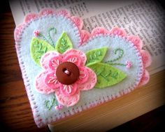 Felt Bookmark Heart - I want to make a crochet version of this. Fabric Crafts, Sewing Crafts, Sewing Projects, Craft Projects, Felt Projects, Diy Crafts, Felt Embroidery, Felt Applique, Felt Bookmark