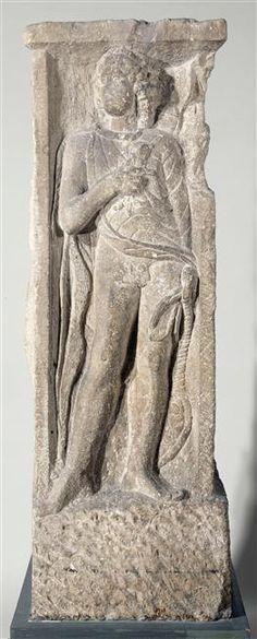 Pilier à quatre faces découvert en 1784 derrière la Sainte-Chapelle. Apollon est représenté de façon classique, sous les traits d'un beau jeune homme nu aux cheveux longs. L'arc, à sa droite, et le carquois, dans son dos, sont ses attributs habituels, de même que la lyre, posée à sa gauche. Le dieu tient sur sa poitrine un petit animal, un dauphin. Gaule Romaine, Art Romain, Saint Chapelle, Greek Gods And Goddesses, Grand Palais, Iron Age, Deities, Archaeology, Celtic Mythology