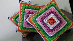 Capas de almofadas, 40cm x 40cm.  Frente em crochê, confeccionada em linha 100% algodão. Tecido gorgurão, com fecho invisível.