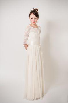 Schön und edel wie eine weiße Lilie. Unaufdringlich aber umwerfend. Ein traumhaft zartes und elfiges Brautkleid. Es ist aus festem, dichtem, leicht figurformendem Viskosejersey und im oberen...