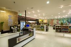 Healthy Spot, featuring specialty dog products, brings a fresh, new front to San… – Luis Eduardo Gálvez Goicoechea – pet resort Dog Grooming Shop, Dog Grooming Salons, Design Café, Store Design, Interior Design, Design Interiors, Plan Garage, Pet Spa, Pet Resort