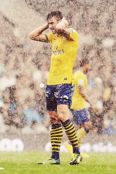 Olivier Giroud - a Frenchman but still. They should ONLY play in the rain. Arsenal Fc, Giroud Arsenal, Arsenal Players, Arsenal Football, Football Soccer, Watch Football, Hot Rugby Players, Football Players, Barclay Premier League