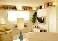 10 Small House Hacks to Maximize And Enlarge Your Space Wrap Around Ceiling Shelves These shelves can be used to store books, decorative items and First Apartment, Apartment Living, Apartment Therapy, Bedroom Apartment, Small Space Living, Small Spaces, Small Rooms, Living Pequeños, Living Room