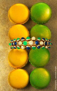 Bracelet, or jaune, lapis-lazuli, chrysoprases, diamants. Collection Paris Nouvelle Vague. CARTIER. [Parution dans Glint Magazine, n°9, Mai 2013 // Photographe : Jean-Marc Angles]