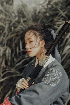 General (Trad to Mod) – katana Katana, Female Samurai, Character Poses, China Girl, Art Reference Poses, Chinese Clothing, Portraits, Hanfu, Pretty People