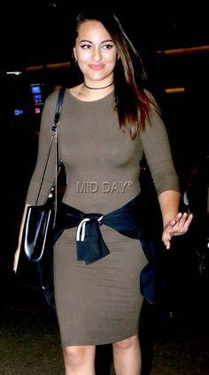 Photos: Sonakshi Sinha, Parineeti Chopra, Shriya Saran at Mumbai airport Sonakshi Sinha Saree, Parineeti Chopra, Sonam Kapoor, Bollywood Photos, Bollywood Fashion, Beautiful Bollywood Actress, Most Beautiful Indian Actress, Indian Celebrities, Bollywood Celebrities