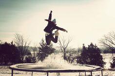 Une belle photo de saut sur trampoline en plein hiver... Comme une envie de neige ! Copyright Photo : Ginderpixie.    http://www.france-trampoline.com