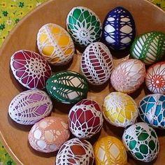 oháčkovaná velikonoční vajíčka Easter Crochet, Egg Hunt, Easter Eggs, Bedroom Decor, Shelf, Holidays, Happy, Life, Shelving