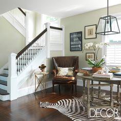 Espaço para leitura garante conforto em composição elegante que destaca o tapete em pele