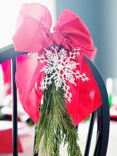 Use these Christmas table decorations as inspiration for all your parties this holiday season. Each Christmas table is packed with easy, inexpensive decorating ideas for Christmas centerpieces and holiday place settings. Christmas Chair, Merry Christmas, Christmas Table Decorations, Christmas Love, Beautiful Christmas, All Things Christmas, Winter Christmas, Christmas Manger, Christmas Tabletop