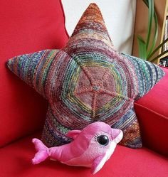 Crochet Patterns Yarn My first knitted star pillow, with origins and link to the lead … Helly Hansen, Beginning Knitting Projects, Knit World, Star Cushion, Ravelry Crochet, Lace Knitting Patterns, Moda Emo, Patterned Socks, Knitting Socks