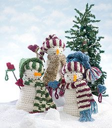 Free pattern  Chase away the winter blues with this smiling trio of cuddly snowmen dressed in their warmest winter caps, scarves and mittens.